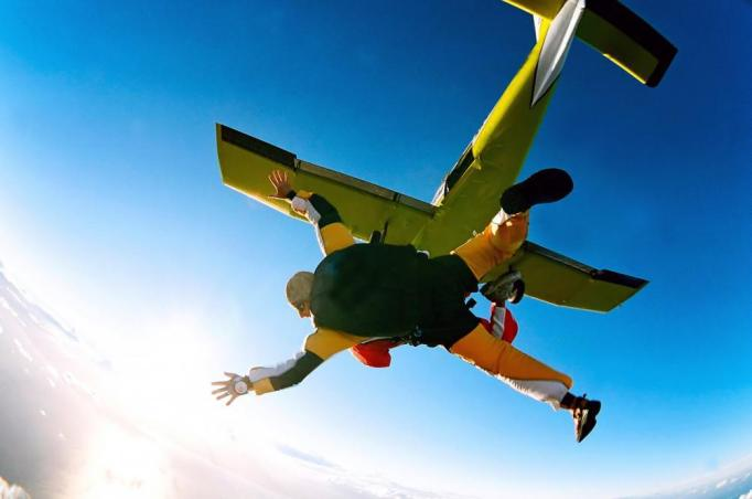 tandem-skydivers-in-action